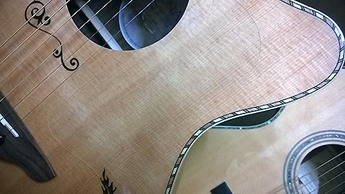 透明タイプをLuna Guitars Vicki Genfan Signature に貼りました